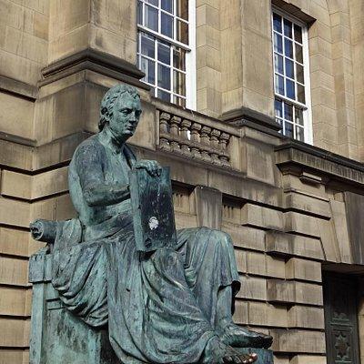 Estátua do filósofo em destaque