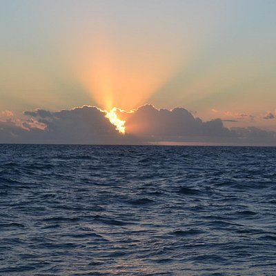 Nascer do sol em alto mar