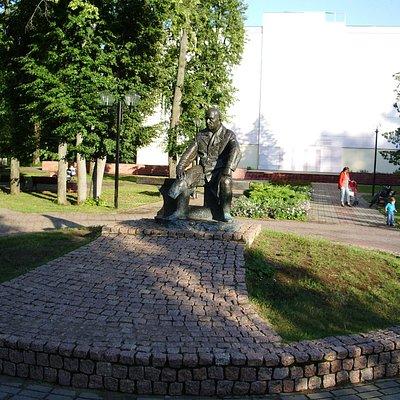 Памятник в сквере у Волги