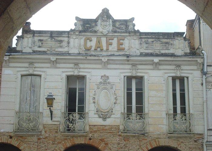 Belle façade , sur la place