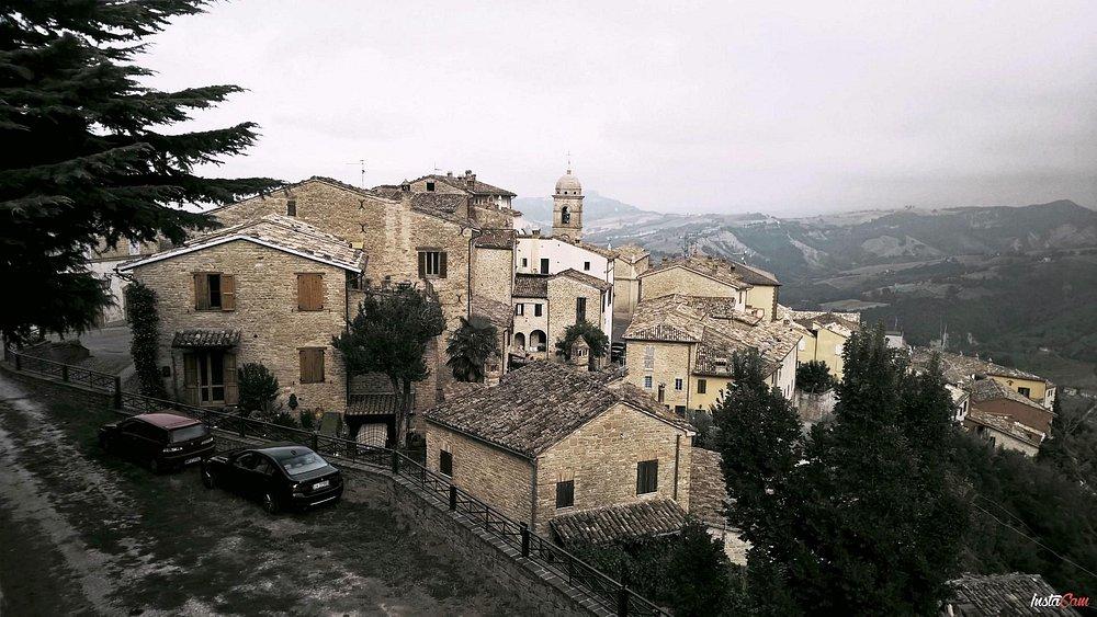 Panorama di Monte San Martino, piccolo paese caratteristico.
