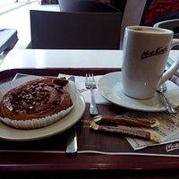Улитка с карамелью и кофе с молоком
