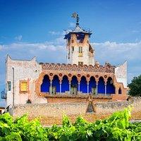 CASA BOFARULL, modernista, reformada per Josep Mª JUJOL, construïda abans del segle XIV.