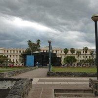 Vista de la plaza y el ala izquierda de Tribunales I