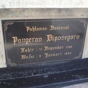 batu nisan makam pangeran diponegoro