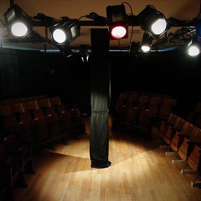 Uno spazio inconsueto con gli attori a un passo dal pubblico