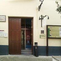 Sábado: entrada abierta, pero la puerta interior de la oficina no. Domingo todo cerrado.