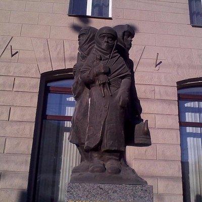памятник со стороны дороги