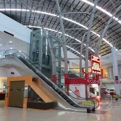 ターミナルの内部 新しくて、広々