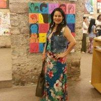Visitando exposição de arte no subsolo