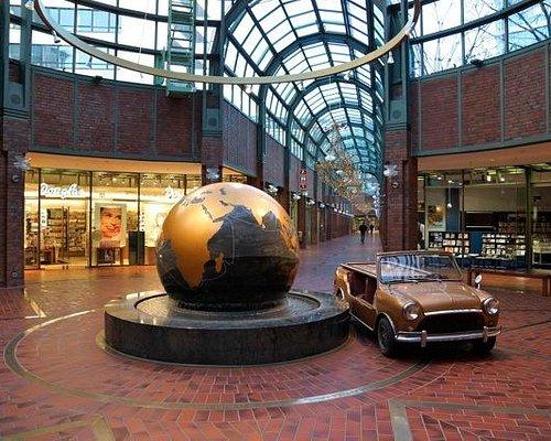 Weltkugel unter der großen Kuppel im Hanseviertel