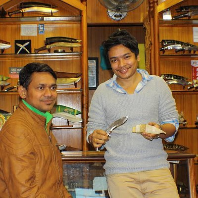 Sumon introduces a knife that I bought