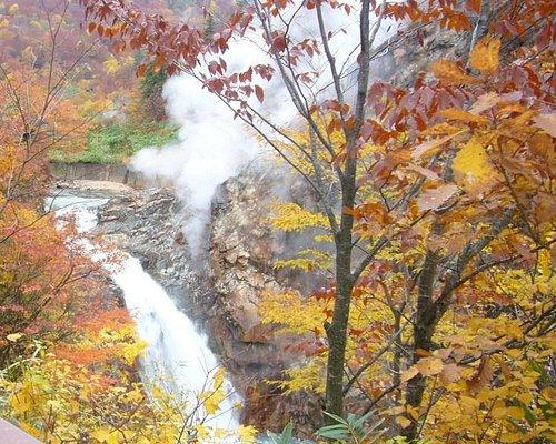 鳥越の滝と紅葉