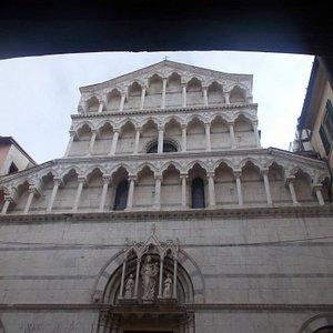 San Michele in Borgo - Particolare della facciata
