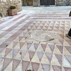 Pavimento nella caratteristica pietra rosa