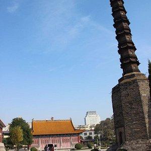 鉄塔と再建された本殿