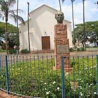 Busto de Cândido Portinari com Capela de Santo Antonio ao fundo