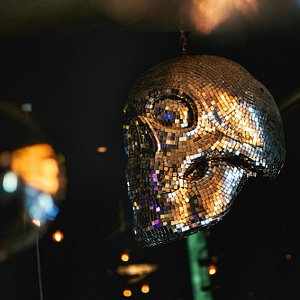 Una calavera como bola de luces, única en Bogotá