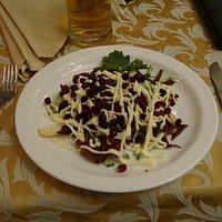 Салат с олениной и брусникой