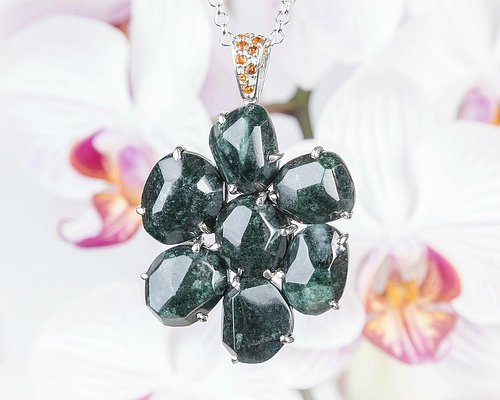 Bello pendiente con plata y jade verde jaguar