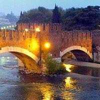 Auf dem Gang durch das Museum: schöner Blick auf die Brücke