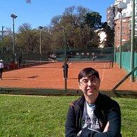 O pessoal fica jogando tênis nas praças por perto