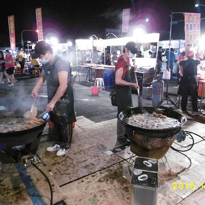 四維路夜市、大鍋で揚げている鶏の唐揚げ