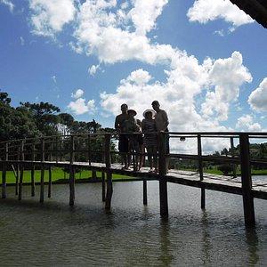 Ponte sobre o lago onde pode se passear de pedalinho