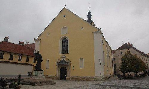 на фоне церкви