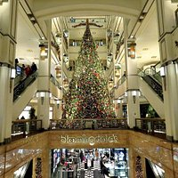 毎年見られる恒例のブルーミングデールズの巨大なクリスマスツリー