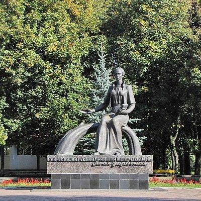 Памятник Лесе Украинке в парке возле фонтана