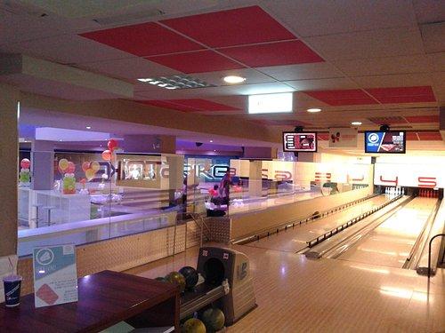 interno con vista di una piccola parte del lato bowling