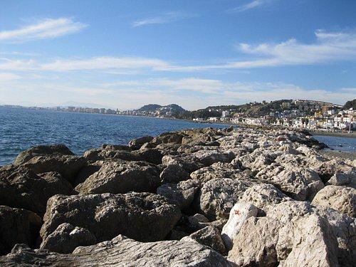 Малага. Пляж. Каменные редуты.