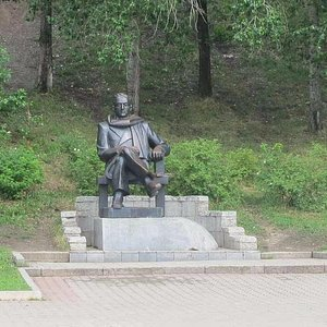 """Памятник автору книги """"Амур-батюшка"""" на набережной"""