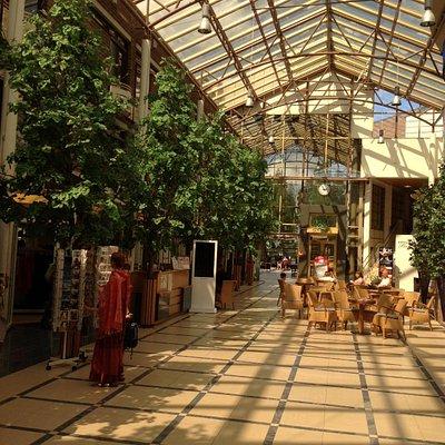 Стойка приёма заказов на процедуры спа находится в центре главной галереи