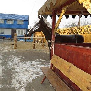 """Двор конного клуба """"Аллюр"""""""