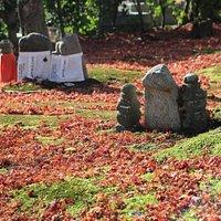 落ち葉の中の石仏
