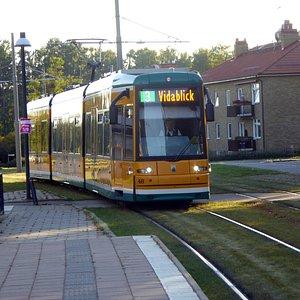 En hållplats för spårvagn 3 ligger direkt utanför Västra Station.