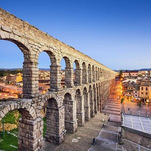 El Acueducto de Segovia con el Mesón de Cándido al fondo