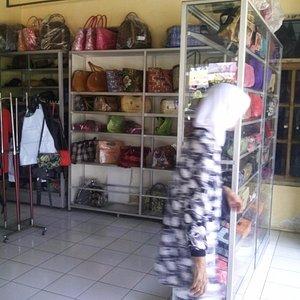 Interior salah satu toko kerajinan dari kulit