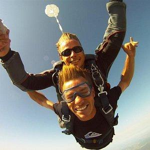 Sauter en parachute rend heureux!
