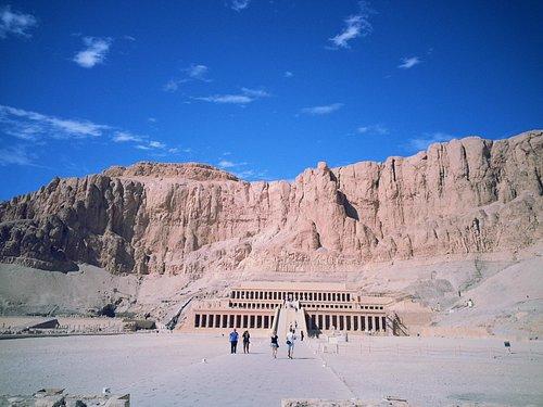 Blick auf den Hatschepsut Totentempel, dahinter liegt das Tal der Könige
