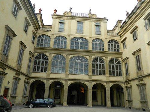 Entrada del edificio principal desde el patio central