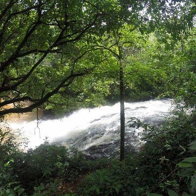 Vista do estacionamento do começo da cachoeira.