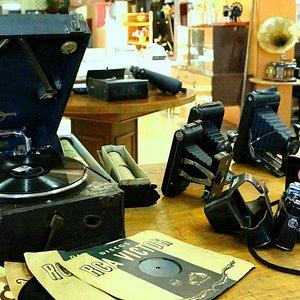 Victrola y Cámara Fotográficas Antiguas