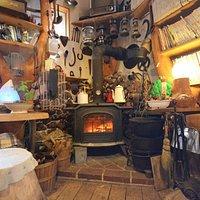 ウッディな店内。地元の杉檜を使用したログハウス