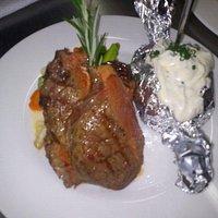 Steak mit Ofenkartoffel und Creme