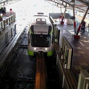 ブギッ・ビンタン駅に入線するモノレール
