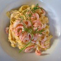 Handskalade räkor med het pasta