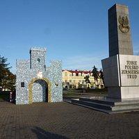 Plac Wolności i Świąteczny Zamek cały w słońcu.